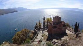 Tijdtijdspanne van de kerk van SV Jovan Kaneo in Ohrid met meer op achtergrond, Macedonië stock video