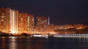 Tijdtijdspanne van de lichten van de nachtstad op de kust stock footage