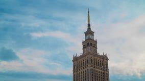 Tijdtijdspanne van de spits van Paleis van Cultuur en Wetenschap, de historische high-rise bouw in het centrum van Warshau, Polen stock videobeelden