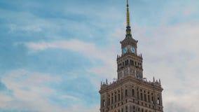 Tijdtijdspanne van de spits van Paleis van Cultuur en Wetenschap, de historische high-rise bouw in het centrum van Warshau, Polen stock video