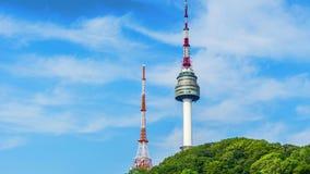 Tijdtijdspanne van de Toren van Seoel in de Stadshorizon van Seoel, Zuid-Korea stock footage
