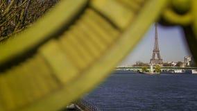 Tijdtijdspanne van een brug in Parijs Frankrijk met boten stock video