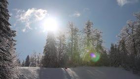 Tijdtijdspanne van een de winterscène en een skihelling bij een berg - de skiërs gaan over door stock video