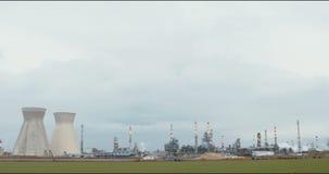 Tijdtijdspanne van een grote olieraffinaderij stock video