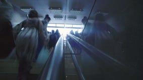Tijdtijdspanne van een menigte in een bezige metro post stock video