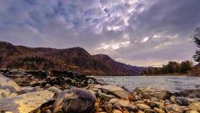 Tijdtijdspanne van een rivier dichtbij berg bos Reusachtige rotsen en snelle wolkenmovenings die wordt geschoten Horizontale schu stock footage