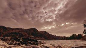 Tijdtijdspanne van een rivier dichtbij berg bos Reusachtige rotsen en snelle wolkenmovenings die wordt geschoten Horizontale schu stock video