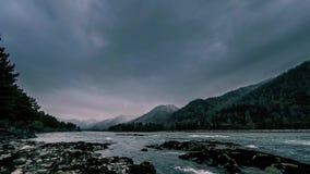 Tijdtijdspanne van een rivier dichtbij berg bos Reusachtige rotsen en snelle wolkenmovenings die wordt geschoten stock video