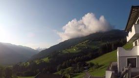 Tijdtijdspanne van een wolk bovenop een berg stock footage