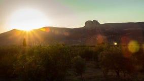 Tijdtijdspanne van een zonsondergang op het gebied van Ermioni in Griekenland stock footage