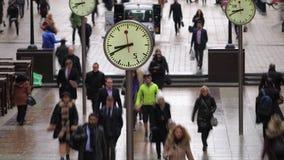 Tijdtijdspanne van forenzen die voorbij klokken, Canary Wharf, Londen lopen stock video