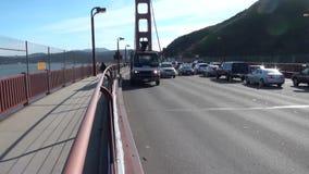 Tijdtijdspanne van Golden gate bridge met auto's komst juist voorbij de camera stock videobeelden