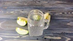 Tijdtijdspanne van groene smoothie met selderie, komkommer, appel en kalk stock videobeelden