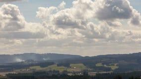 Tijdtijdspanne van het bewegen van wolken en het rollen van mist over Chehelam-bergen en Tualatin-Riviervallei 4k uhd stock videobeelden
