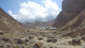 Tijdtijdspanne van het bewegen van wolken boven Dragnag-dorp in Himalayagebergte stock footage