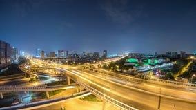 Tijdtijdspanne van het bezige uitwisselingsverkeer bij nacht in stad stock video