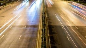 Tijdtijdspanne van het bezige uitwisselingsverkeer bij nacht in stad stock footage