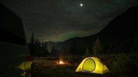 Tijdtijdspanne van het Kamperen met een auto, een tent en een kampvuur bij nacht stock video