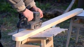 Tijdtijdspanne van het oppoetsen van houten straal met riemschuurmachine stock videobeelden