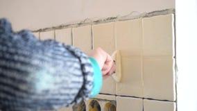 Tijdtijdspanne van het vullen van hiaten tussen tegels met pleister stock videobeelden