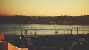 Tijdtijdspanne van hoogte hierboven van het vallen van de avond op haven in Lissabon stock video