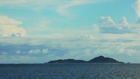 Tijdtijdspanne van landschap bij de eilanden van Seychellen stock footage
