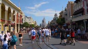 Tijdtijdspanne van Mensen die en foto's op Main Street lopen nemen bij Magisch Koninkrijk stock footage