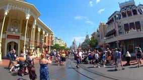 Tijdtijdspanne van mensen die in Main Street bij Magisch Koninkrijk lopen stock footage