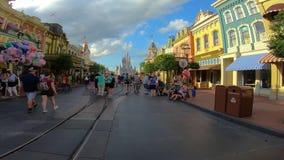 Tijdtijdspanne van mensen die op Main Street naar Cinderella Castle bij Magisch Koninkrijk lopen stock video