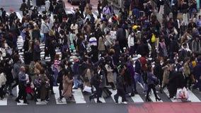 Tijdtijdspanne van mensen en auto's overdwars bij beroemde de kruisingsstraat van Shibuya in Tokyo, Japan stock videobeelden