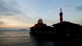 Tijdtijdspanne van moskee al-Hussain door het strand stock video
