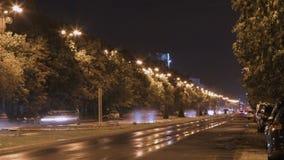 Tijdtijdspanne van nachtverkeer in Boekarest, Roemenië stock footage