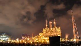 Tijdtijdspanne van Olie en chemische installatie in nacht stock footage
