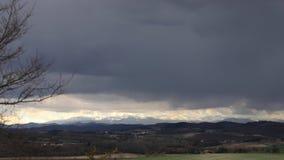 Tijdtijdspanne van onweerswolken op de pyrenean bergen stock footage
