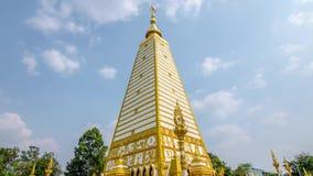 Tijdtijdspanne van 4 opgeruimde vormpagode: architectuurlandschap van witte en gouden pagode bij wat Phrathat Nong Bua in Ubon Ra