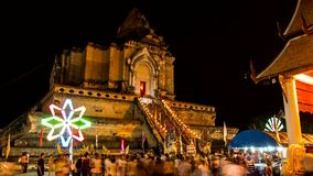 Tijdtijdspanne van oude pagode met kleurrijke het spinnen verlichting stock footage