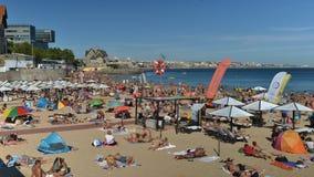 Tijdtijdspanne van overvol zandig strand in Cascais dichtbij Lissabon, Portugal tijdens de zomer Dit strand is genoemd geworden P stock video