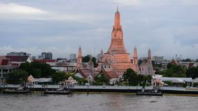 Tijdtijdspanne van schemeringmening van Wat Arun over Chao Phraya River tijdens zonsondergang in Bangkok stock video