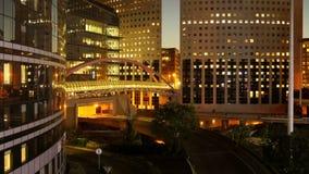 Tijdtijdspanne van stadsverkeer bij nacht Modern bedrijfsdistrict stock video