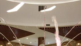 Tijdtijdspanne van stralen van water tegen de achtergrond van binnenland worden verlicht dat stock video