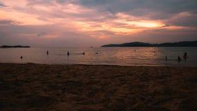 Tijdtijdspanne van strand in schemeringtijd met de atmosfeer van de de zomeravond stock video