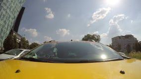 Tijdtijdspanne van taxi het drijven door een stad stock videobeelden