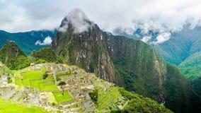 Tijdtijdspanne van toeristen in Machu Picchu en de wolken bij de berg stock video