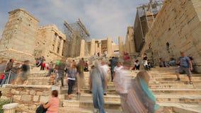 Tijdtijdspanne van vele toeristen die oude Parthenon-tempel, de zomervakantie bekijken stock videobeelden