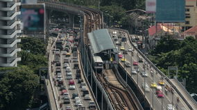 Tijdtijdspanne van verkeersweg op verscheidene niveaus, spoorweg en station dat wordt geschoten Bangkok, Thailand stock video