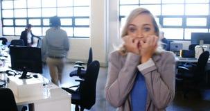 Tijdtijdspanne van vrouwelijke directeur die mobiele telefoon met behulp van stock videobeelden
