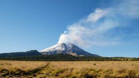 Tijdtijdspanne van vulkaan Popocatépetl stock video