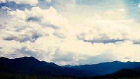 Tijdtijdspanne van wickedly intense wolken die en over pieken roiling stromen stock footage