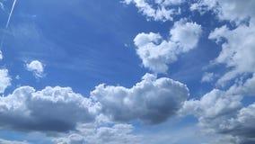 Tijdtijdspanne van witte pluizige wolken over blauwe hemel stock videobeelden