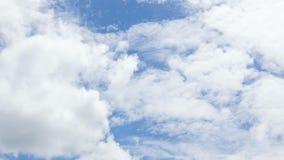 Tijdtijdspanne van witte wolken met blauwe hemel stock videobeelden
